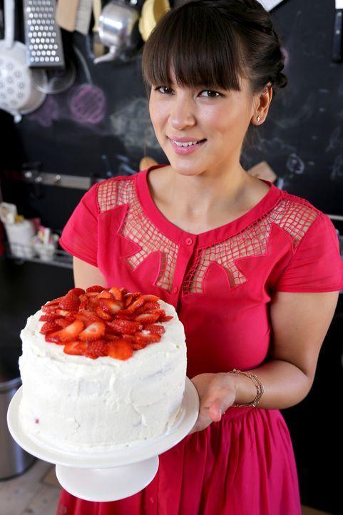 Was für ein Prachtstück: Rachel präsentiert stolz ihre Erdbeer-Sahnetorte ... - Bildquelle: Richard Hill BBC 2013