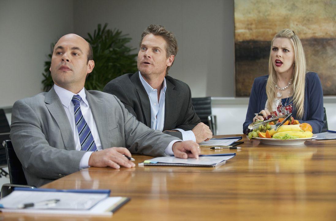 Werden sie den Vertrag mit Roger abschließen? Bobby (Brian Van Holt, M.), Laurie (Busy Philipps, r.) und Andy (Ian Gomez, l.) ... - Bildquelle: 2010 ABC INC.