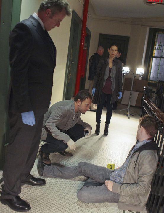 Versuchen, eine Mord aufzuklären: Tobias Gregson (Aidan Quinn, l.), Sherlock Holmes (Jonny Lee Miller, 2.v.l.) und Joan Watson (Lucy Liu, 2.v.r.) ... - Bildquelle: CBS Television