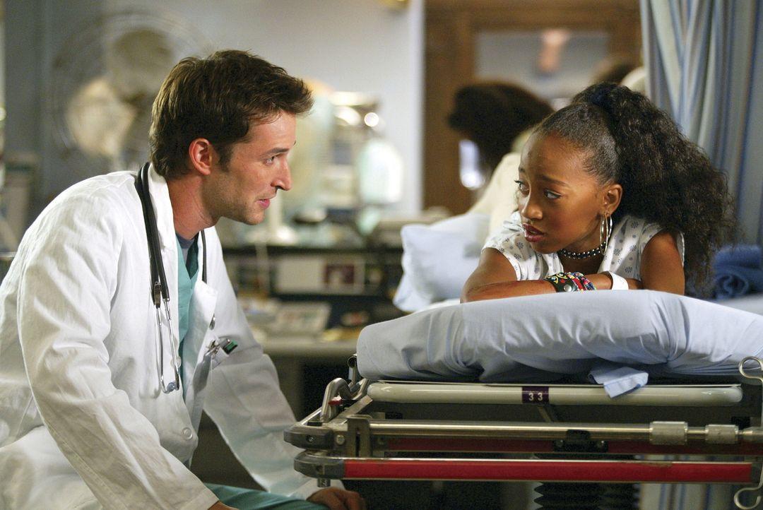 Trotz aller Hektik versucht Dr. Carter (Noah Wyle), die drogensüchtige Kinderprostituierte Tina zu einem Entzug zu überreden ... - Bildquelle: TM+  2000 WARNER BROS.