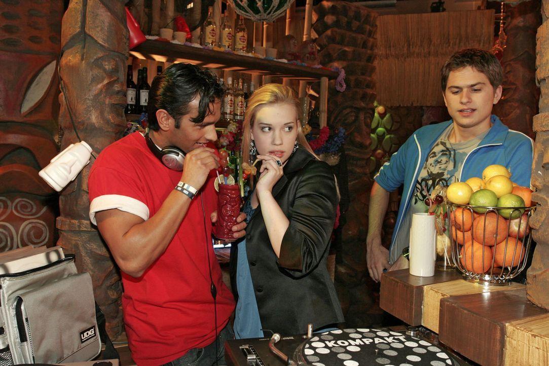 Timo (Matthias Dietrich, r.) beobachtet eifersüchtig, wie Kim (Lara-Isabelle Rentinck, M.) mit DJ Vin (Dejan Levi, l.) flirtet. - Bildquelle: Monika Schürle SAT.1 / Monika Schürle
