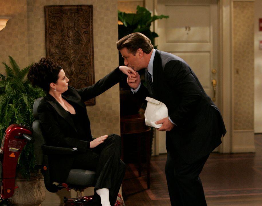 Während Grace nicht weiß, ob sie ihren Gefühlen nachgeben soll, macht Malcolm (Alec Baldwin, r.) Karen (Megan Mullally, l.) Avancen ... - Bildquelle: NBC Productions