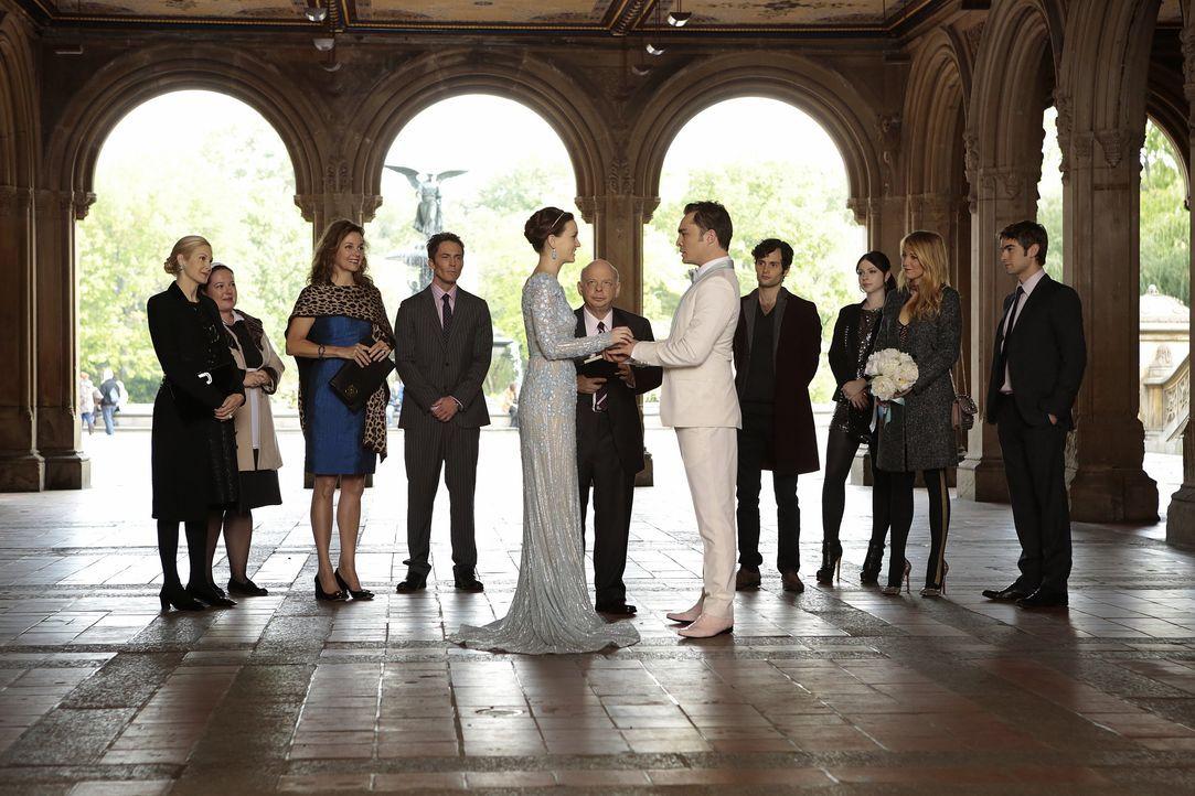 Hochzeitsgäste- Eleanor, Blair, Chuck, Cyrus und Jack, Serena, Dan, Nate - Bildquelle: Warner Bros. Entertainment Inc.