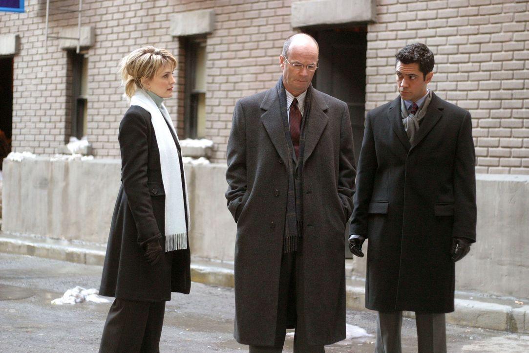 Lt. John Stillman (John Finn, M.) erzählt Det. Lilly Rush (Kathryn Morris, l.) und Det. Scott Valens (Danny Pino, r.) von einem Mordfall aus dem Jah... - Bildquelle: Warner Bros. Television