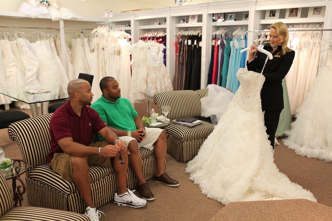 Bryan (l.) stellt sich der Herausforderung, die gesamte Hochzeit alleine zu organisieren. Zusammen mit seinem Trauzeugen (M.)macht er sich auf die S... - Bildquelle: Renegade Pictures Ltd