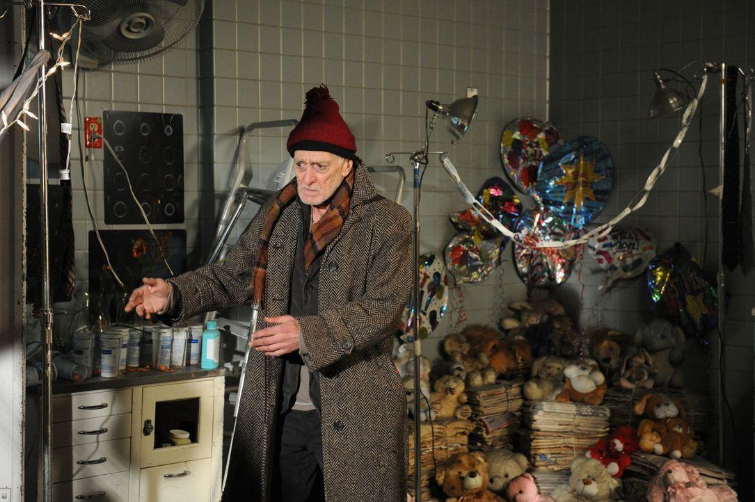 Hat Gordon (Martin Shakar) etwas mit dem Tod von dem bekannten Geisterjäger Peter Suderman zu tun? - Bildquelle: 2011 CBS Broadcasting Inc. All Rights Reserved.