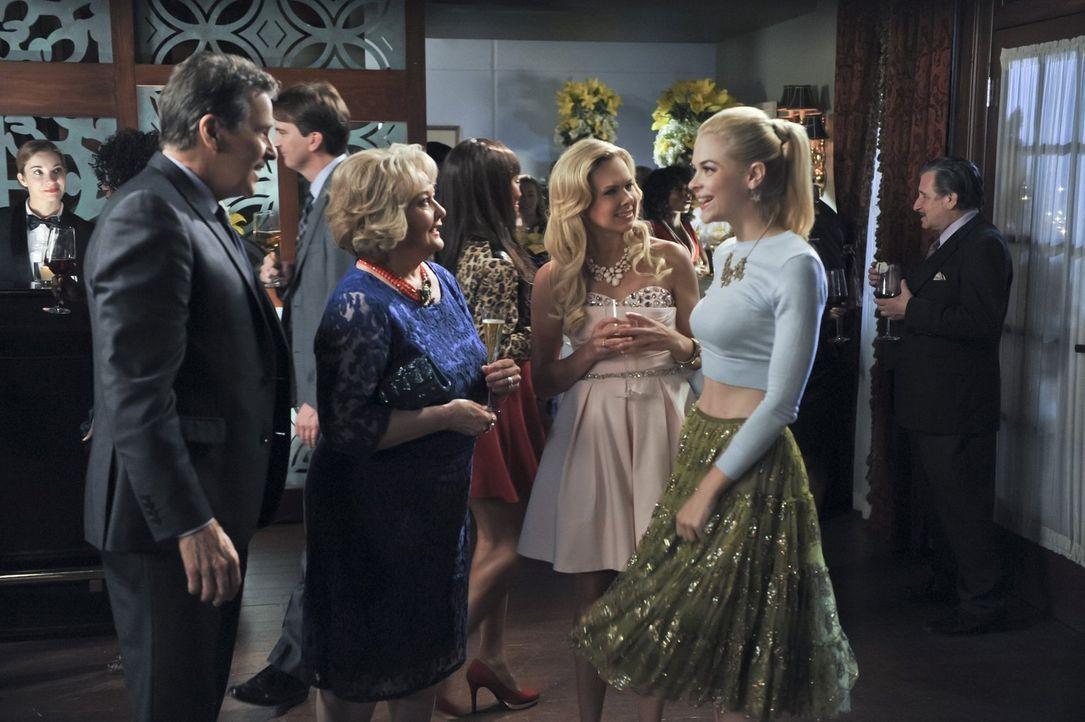 Die Verlobungsfeier steht bevor und Brick (Tim Matheson, l.), Bettie (Maree Cheatham, 2.v.l.) und Shelby (Laura Bell Bundy, 2.v.r.) setzen alles dar... - Bildquelle: 2014 Warner Brothers