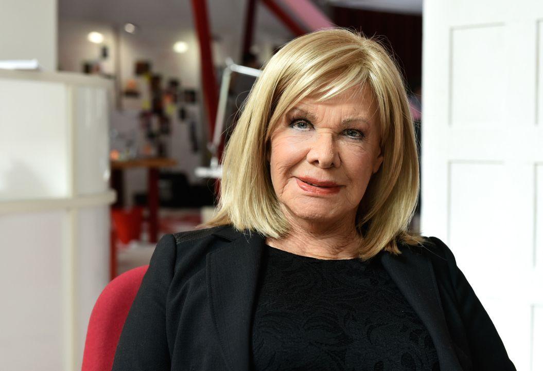 Mila wittert ihre Chance, das erste Exklusivinterview seit 30 Jahren für das Heart Magazine mit der ehemaligen Sex-Ikone Lilo Kaufmann (Ingrid van B... - Bildquelle: Claudius Pflug SAT.1