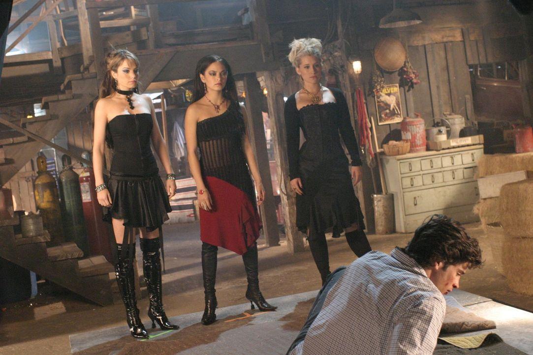 Nachdem Gräfin Isabelle von Lana`s (Kristin Kreuk, hinten M.) Körper Besitz nimmt, verwandelt sie Chloe (Allison Mack, r.) und Lois (Erica Durance,... - Bildquelle: Warner Bros.
