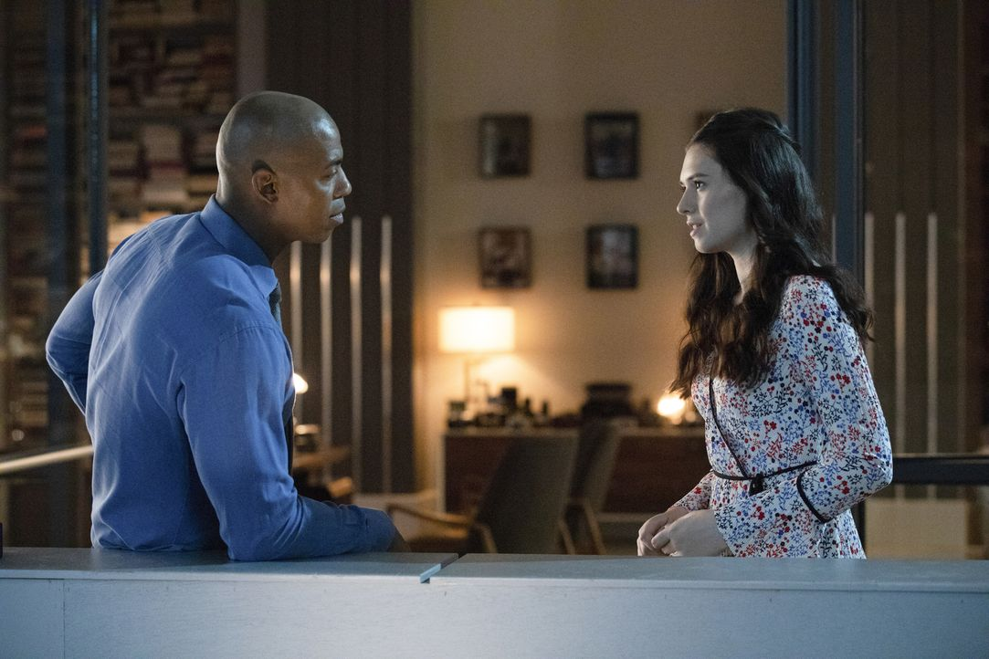 James (Mehcad Brooks, l.); Nia Nal (Nicole Maines, r.) - Bildquelle: Jack Rowand 2018 The CW Network, LLC. All Rights Reserved.