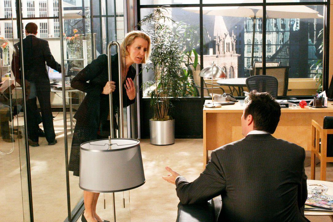 Während Bree herausfindet, dass Peter eine weitere Sucht hat, versucht Lynette (Felicity Huffman, l.) Ed (Currie Graham, r.) zu helfen, sein Liebesl... - Bildquelle: 2005 Touchstone Television  All Rights Reserved