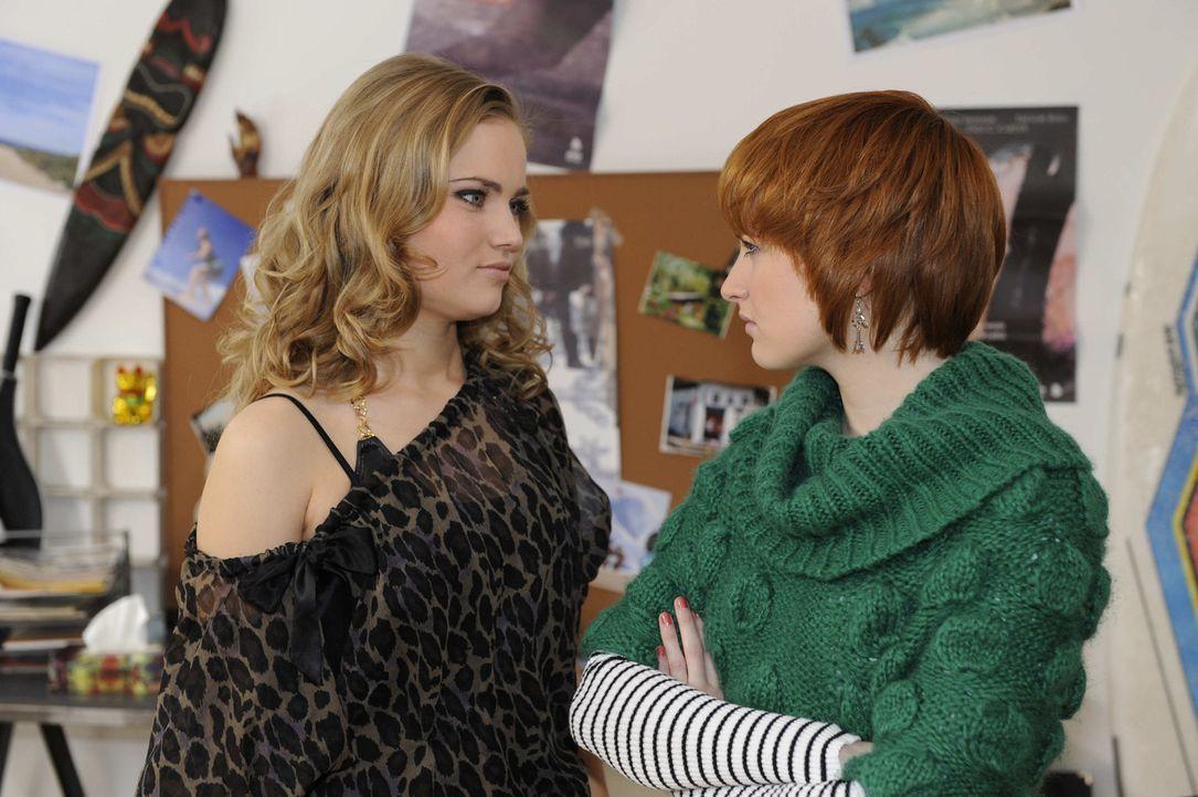 Verzweifelt bittet Sophie (Franciska Friede, r.) Caro (Sonja Bertram, l.) um Hilfe. Als diese sie abblitzen lässt, weiß Sophie sich nicht mehr and... - Bildquelle: SAT.1