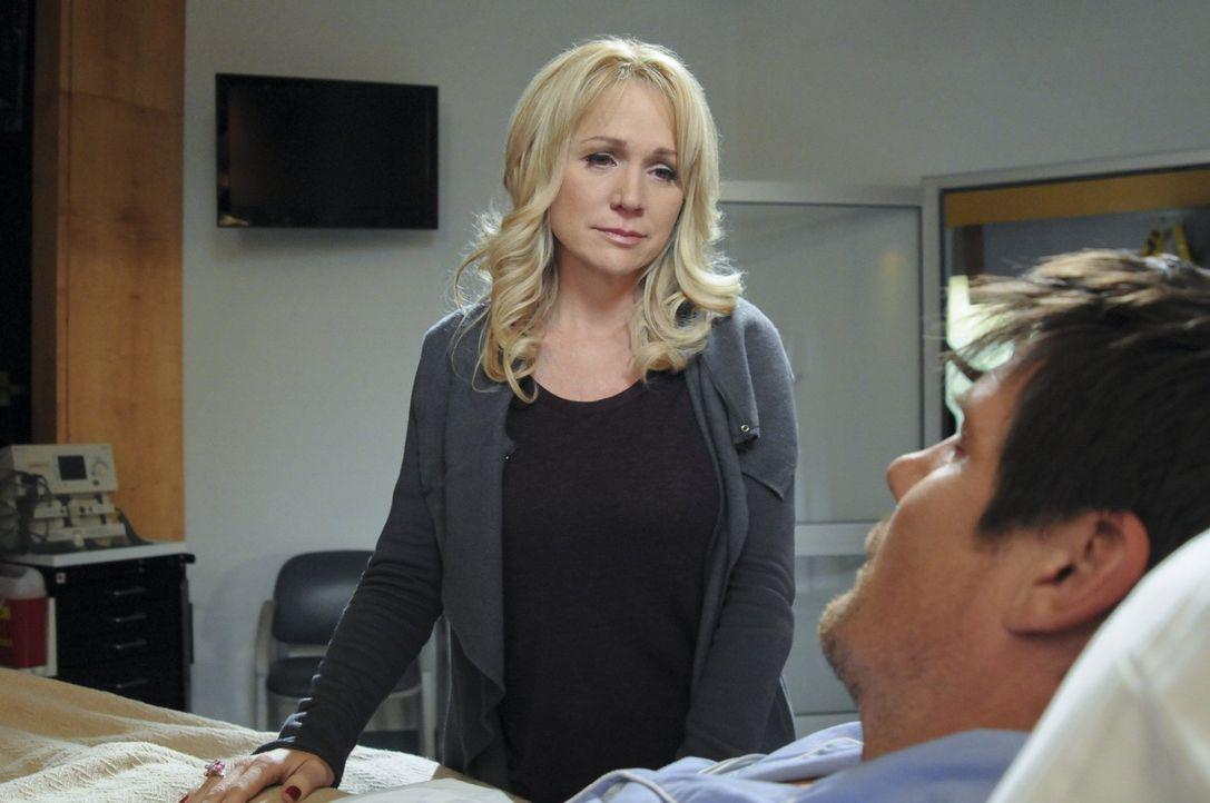 Bei der Rettung von Nathan hat Vater Dan (Paul Johansson, r.) viel Blut verloren. Muss sich Deb (Barbara Alyn Woods, l.) für immer von ihm verabschi... - Bildquelle: Warner Bros. Pictures