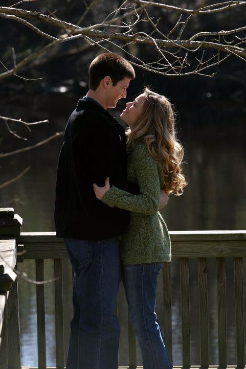 Um ihr seine Liebe zu beweisen macht Nathan (James Lafferty, l.) Haley (Bethany Joy Galeotti, r.) einen zweiten Heiratsantrag ... - Bildquelle: Warner Bros. Pictures