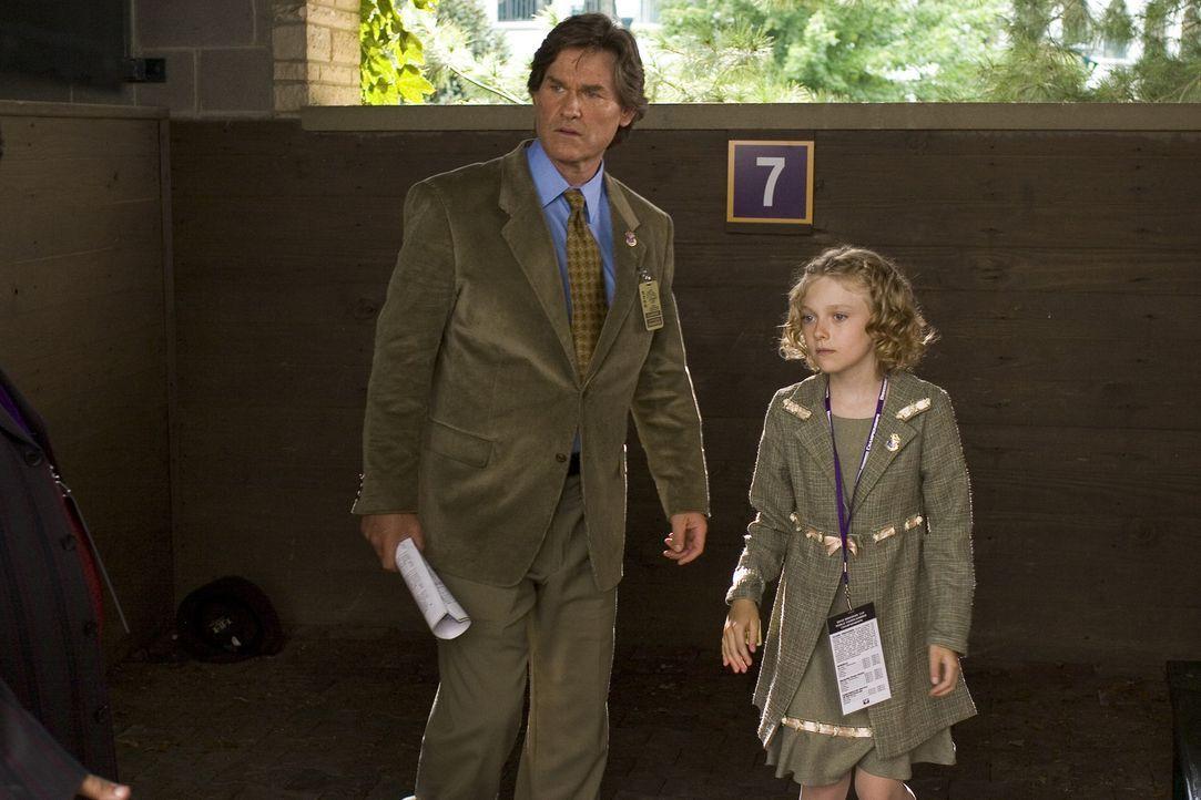 Ein Herz und eine Seele: Endlich darf Cale (Dakota Fanning, r.) ihren Vater (Kurt Russell, l.) zu seinem Job als Trainer auf die Rennbahn begleiten. - Bildquelle: Epsilon Motion Pictures