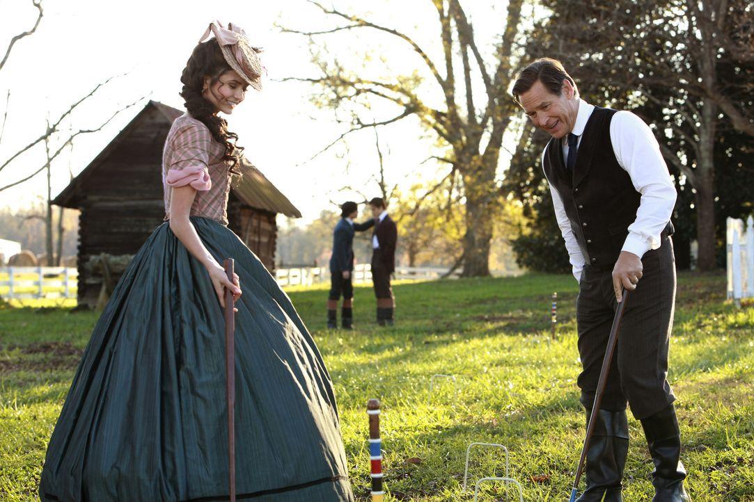 Giuseppe (James Remar, r.) ahnt nicht, dass Katherine (Nina Dobrev, l.) ein Vampir ist und genießt deshalb ihre Gegenwart ... - Bildquelle: Warner Bros. Television