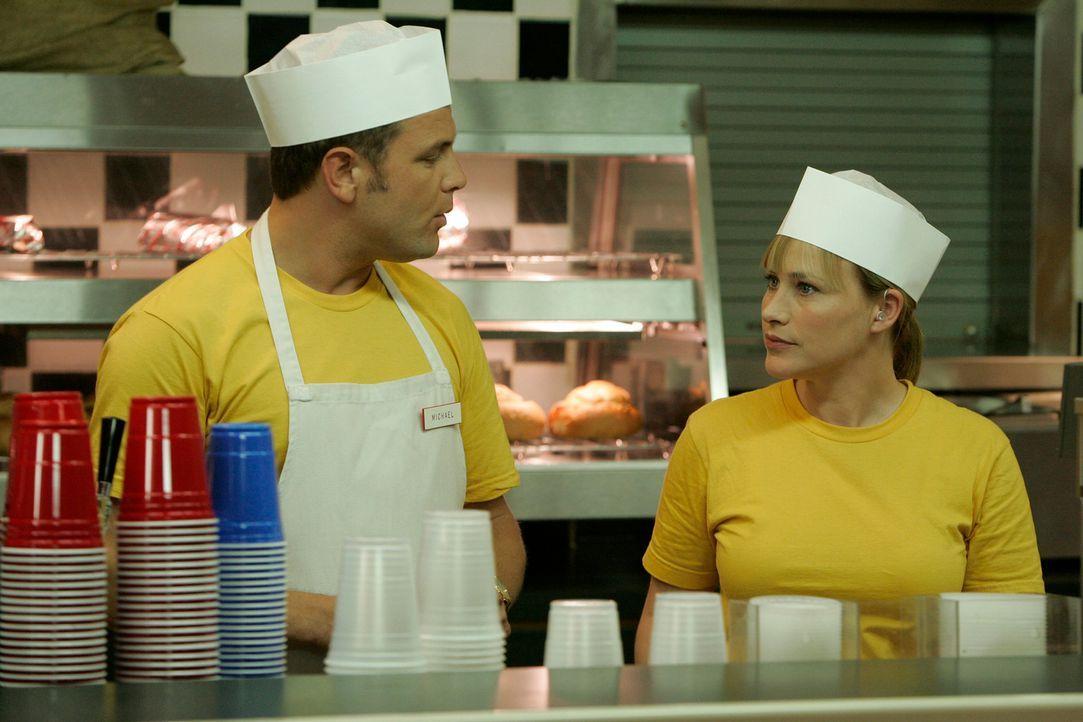 Det. Lee Scanlon (David Cubitt, l.) und Allison Dubois (Patricia Arquette, r.) sind einem brutalen Serienkiller auf der Spur. - Bildquelle: Paramount Network Television