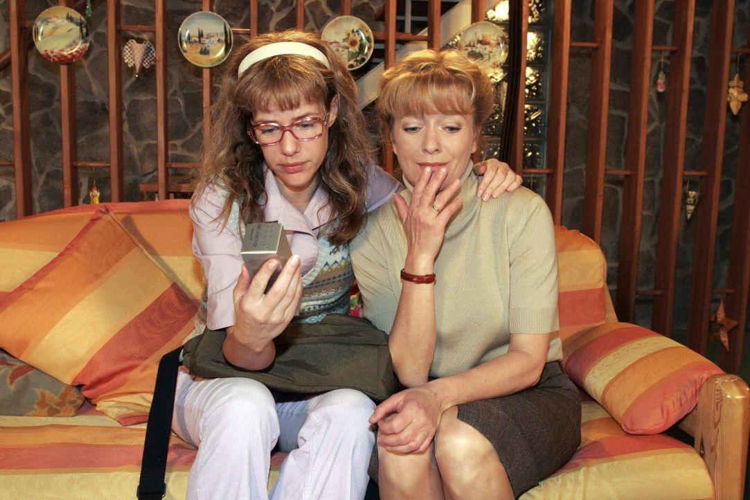 Die arme Helga (Ulrike Mai, r.) weiß nicht, was sie nun mit den vielen allergenen Aloe Vera-Produkten machen soll und wird von Lisa (Alexandra Nelde... - Bildquelle: Noreen Flynn SAT.1 / Noreen Flynn