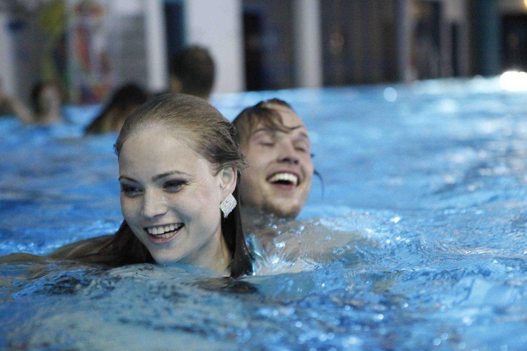 Als die neuen Freunde eine wilde Party im Schulschwimmbad feiern, setzt Caro (Sonja Bertram, l.) alles auf eine Karte. Doch wird sie bei Ben (Christ... - Bildquelle: David Saretzki SAT.1