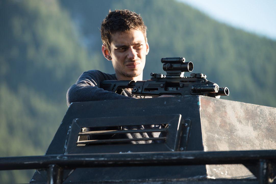 Auch, wenn er Clarke immer noch für den Mord an Maya verantwortlich macht, erkennt Jasper (Devon Bostick), dass die Bekämpfung einer weitaus größere... - Bildquelle: 2014 Warner Brothers