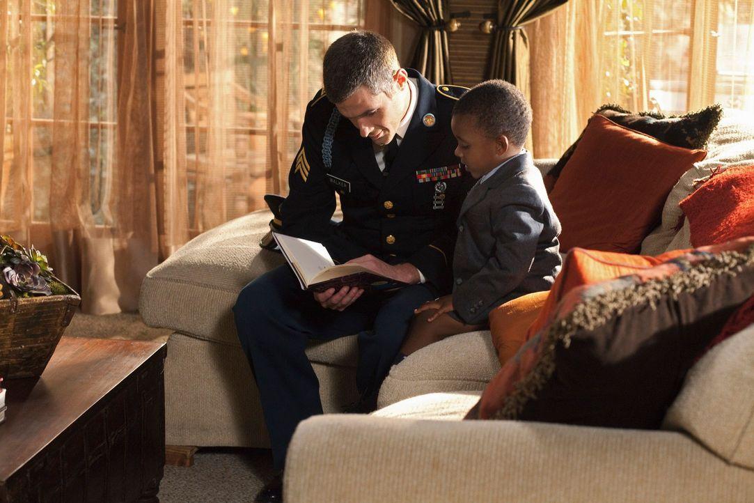 Justin (Dave Annable, l.) kehrt zurück aus seinem Afghanistan-Einsatz und freut sich sehr, seinen Neffen Evan (Mark Ricks, r.) wiederzusehen. - Bildquelle: 2010 American Broadcasting Companies, Inc. All rights reserved.