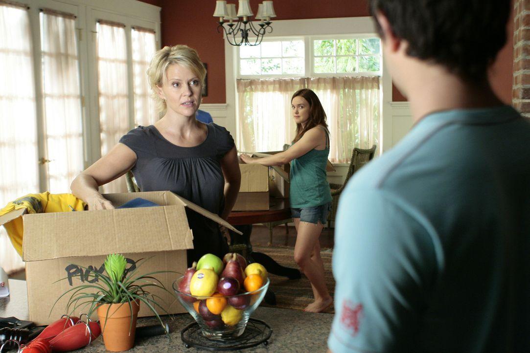 Nicole (Marguerite MacIntyre, l.) ist außer sich: Da Kyle (Matt Dallas, r.) versucht, Amanda, die eigentlich Hausarrest hat, zu helfen, bekommen au... - Bildquelle: TOUCHSTONE TELEVISION