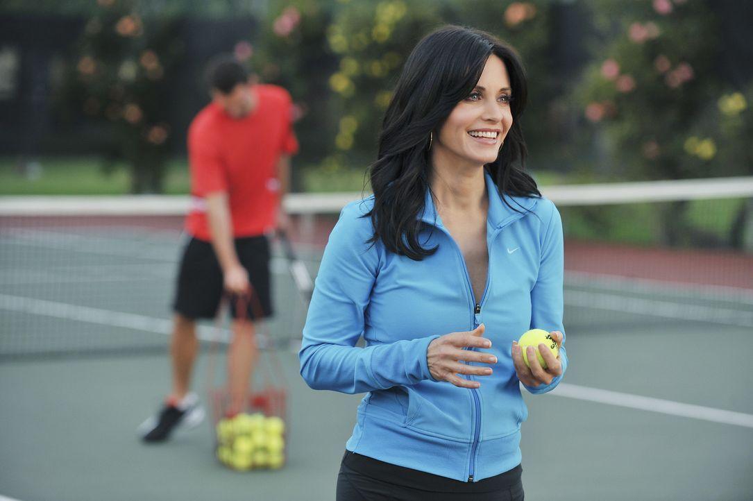 Jules (Courteney Cox, r.) hat mal wieder bewiesen, dass sie auch junge Männer, wie den Tennis-Trainer (Kristian Capalik, l.), haben kann. Doch dami... - Bildquelle: 2009 ABC INC.