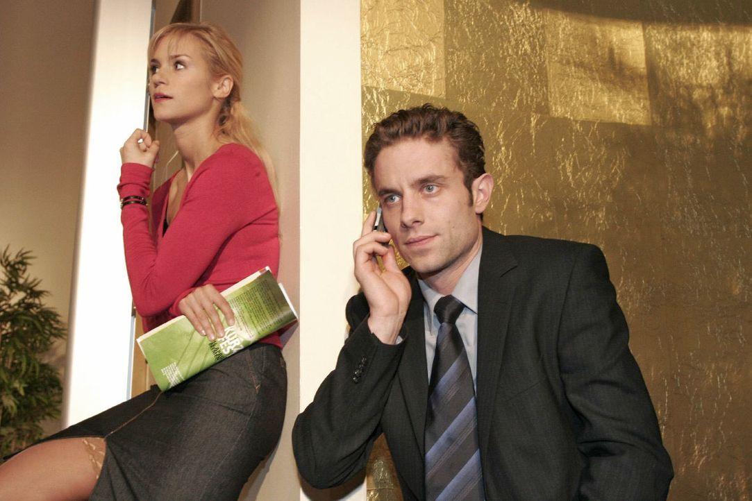 Max (Alexander Sternberg, r.) kann kein Geld für die Aktienkäufe auftreiben. Sabrina (Nina-Friederike Gnädig, l.) hört neugierig zu. - Bildquelle: Noreen Flynn SAT.1 / Noreen Flynn