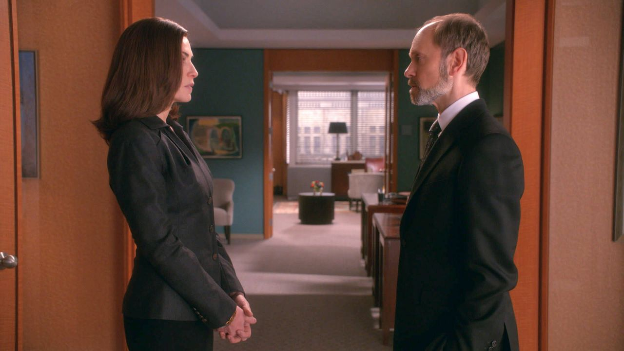 Alicia (Julianna Margulies, l.) und Frank (David Hyde Pierce) sind gleichauf im Rennen um die Bezirksstaatsanwaltschaft. Wer ein besseres Interview... - Bildquelle: 2014 CBS Broadcasting Inc. All Rights Reserved.