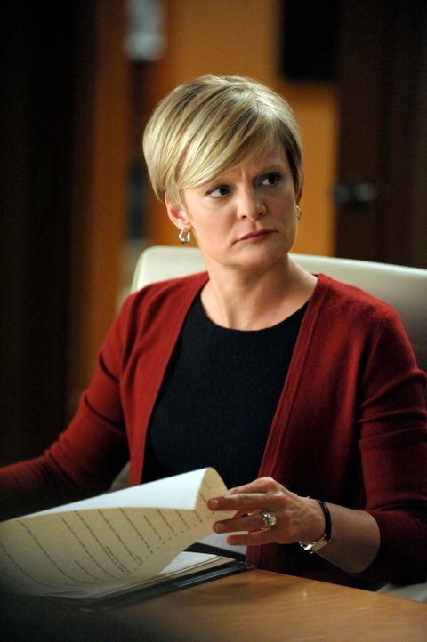 Was hat Patti Nyholm (Martha Plimpton) wirklich vor? - Bildquelle: 2011 CBS Broadcasting Inc. All Rights Reserved.