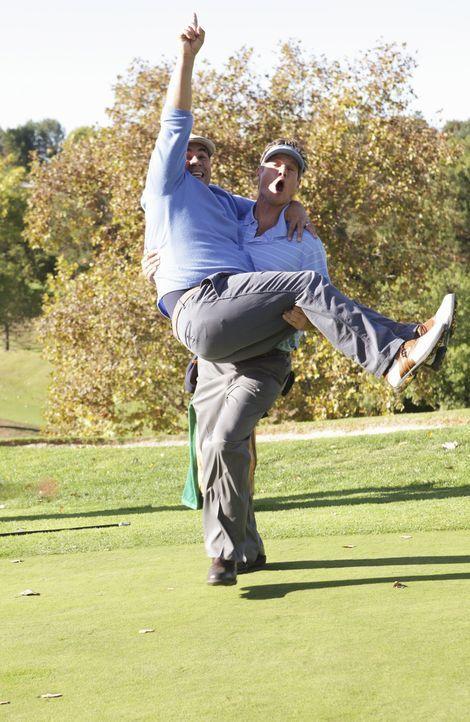 Ein erfolgreicher Tag: Bobby (Brian Van Holt, r.) und Andy (Ian Gomez, l.) ... - Bildquelle: 2010 ABC INC.