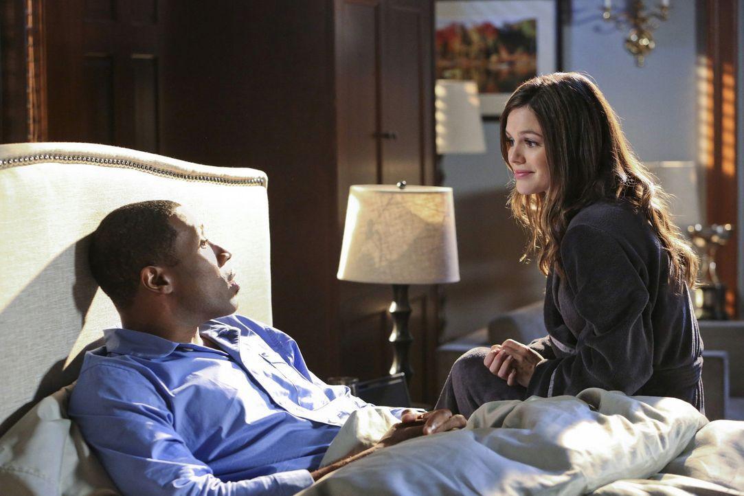 Zoe (Rachel Bilson, r.) muss unbedingt mit jemandem über ihre Liebesprobleme reden, aber Lavon (Cress Williams, l.) scheint nicht der Richtige dafür... - Bildquelle: Warner Bros.