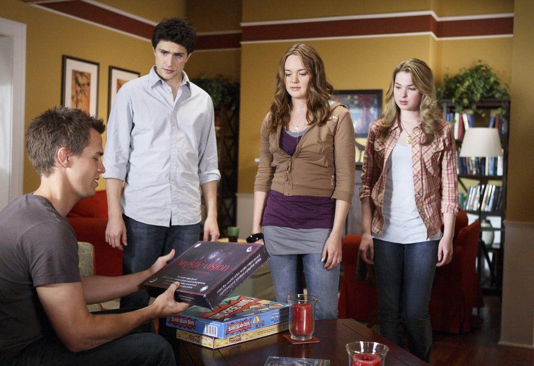 Seine Begeisterung für mysteriöse Spiele kann Declan (Chris Olivero, l.) nicht verbergen. Kyle (Matt Dallas, 2.v.l.) und Amanda (Kirsten Prout, r.... - Bildquelle: TOUCHSTONE TELEVISION