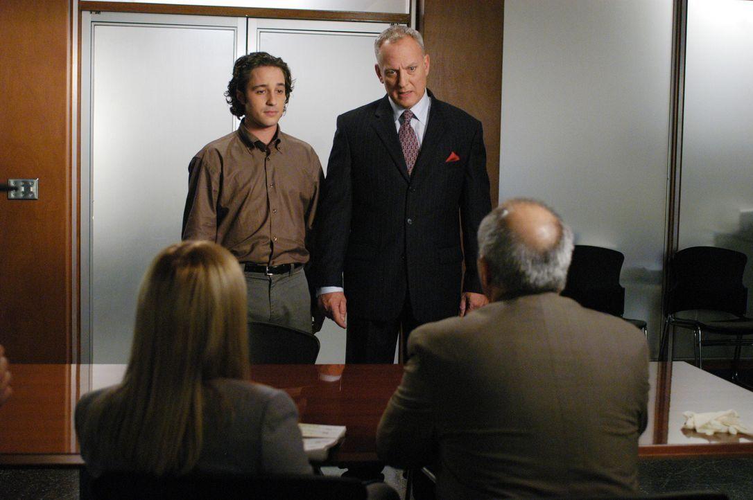 Greg (Thomas Ian Nicholas, 2.v.l.) und sein Vater Larry Watt (Conor O'Farrell, 2.v.r.) werden verdächtigt, eine junge Frau ermordet zu haben. Allis... - Bildquelle: Paramount Network Television