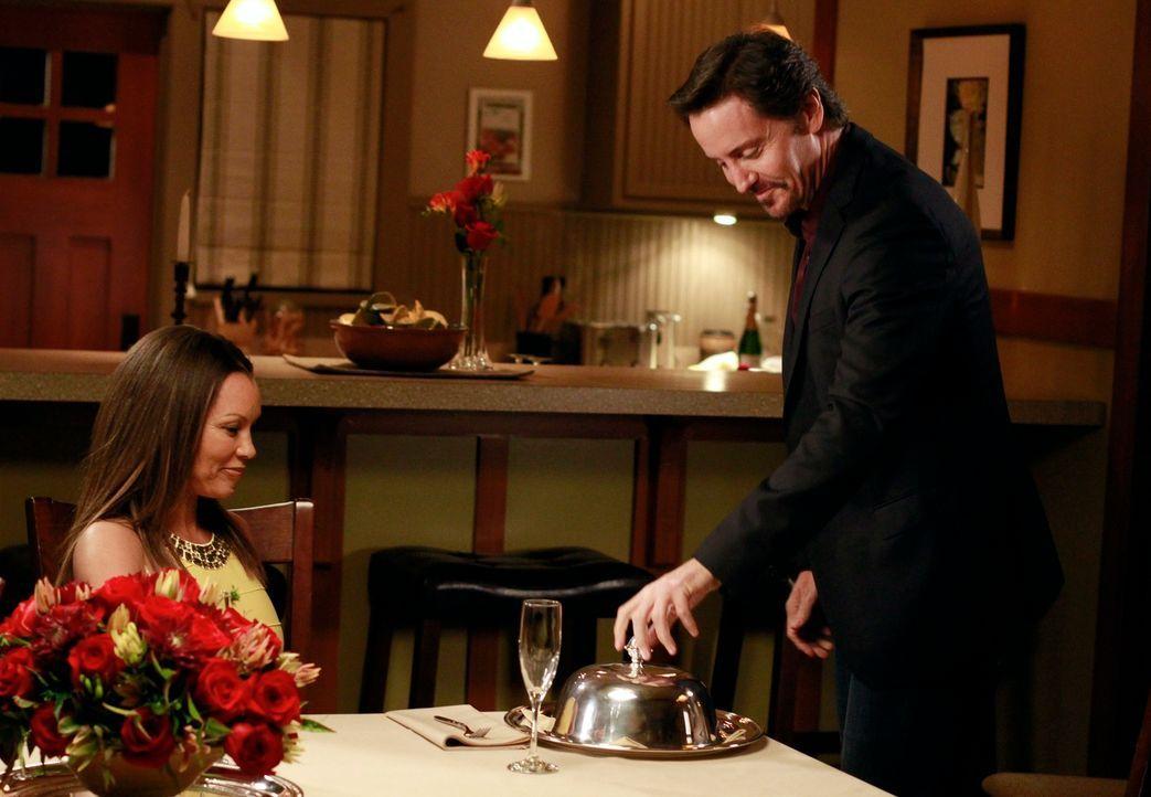 Renee (Vanessa Williams, l.) wartet ungeduldig auf Bens (Charles Mesure, r.) Heiratsantrag, den er immer wieder verschiebt. Als es endlich soweit is... - Bildquelle: ABC Studios
