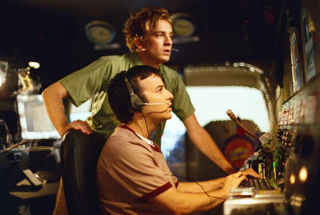 Andrew (Tom Lenk, hinten) und Jonathan (Danny Strong, vorne) befinden sich auf dem Beobachtungsposten in ihrem Überwachungswagen und sind plötzlich... - Bildquelle: TM +   Twentieth Century Fox Film Corporation. All Rights Reserved.