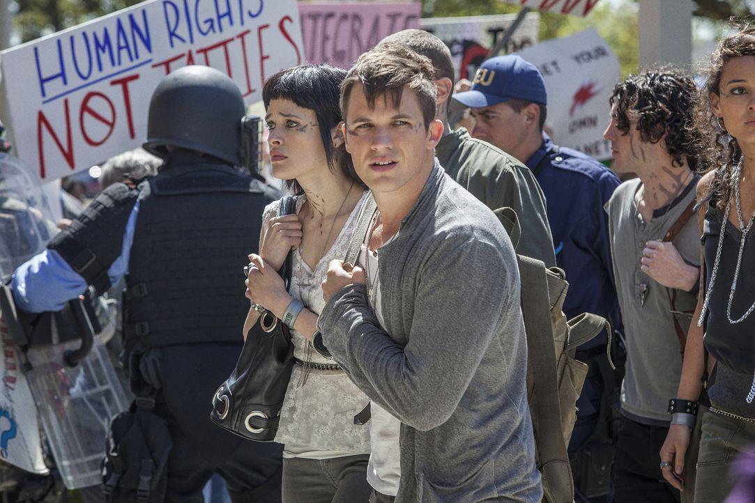 Sophia (Brina Palencia, l.), Roman (Matt Lanter, r.) und die anderen Jugendlichen Atrianer sollen auf die örtliche Highschool gehen, doch das gefäll... - Bildquelle: 2014 The CW Network, LLC. All rights reserved.