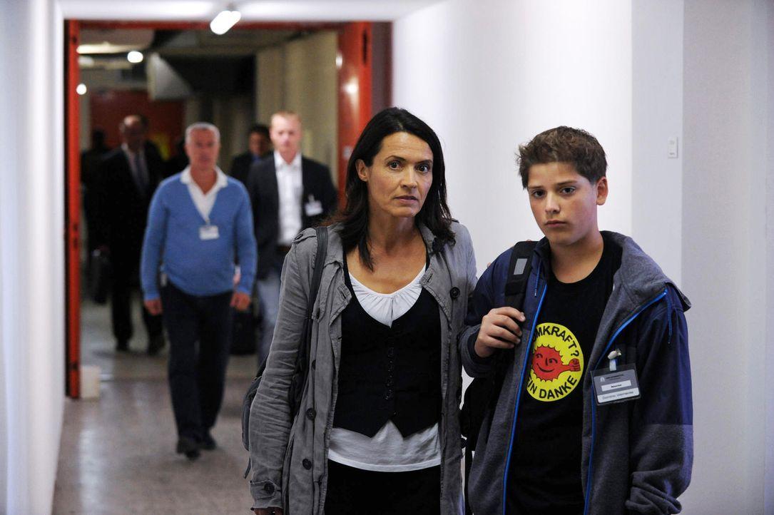 Dominik (Tomás Heise, r.) ist nicht nur wegen des Jobs seiner Mutter ziemlich sauer. Er versteht auch nicht, warum seine Mama (Ulrike Folkerts, l.)... - Bildquelle: Oliver Roth SAT.1