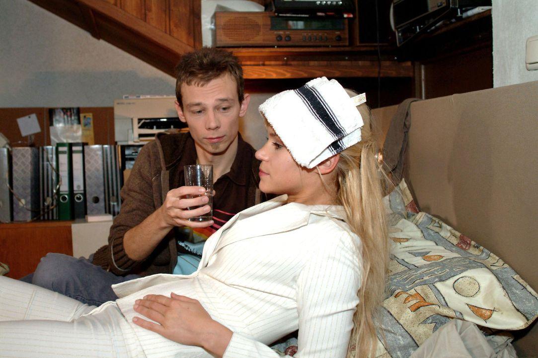 Sabrina (Nina-Friederike Gnädig, r.) gesteht Jürgen (Oliver Bokern, l.), dass sie sich Sorgen um ihre Zukunft macht. - Bildquelle: Monika Schürle Sat.1