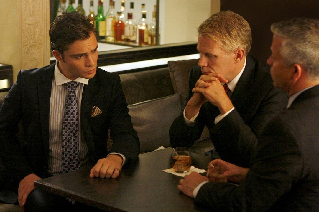 Chuck (Ed Westwick, l.) versucht, potenziellen Geschäftspartnern seine Geschäftsidee schmackhaft zu machen - verschweigt ihnen aber den geheimen Clu... - Bildquelle: Warner Brothers
