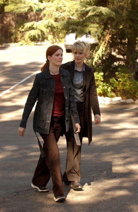 Gwen (Jamie Brown, l.), die Verlobte des Feuerwehrmannes Rob Deamer, bittet Lilly (Kathryn Morris, r.) um Hilfe. - Bildquelle: Warner Bros. Television