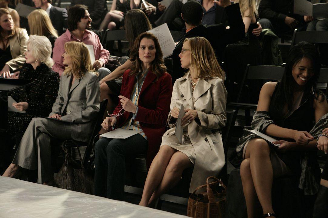 Victorys erste Fashion Show steht auf dem Plan, da lassen es sich Nico (Kim Raver, Mitte r.) und Wendy (Brooke Shields, Mitte l.) natürlich nicht ne... - Bildquelle: 2004 NBC, Inc.