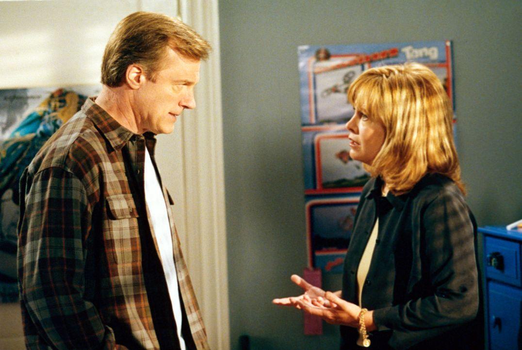 Annie (Catherine Hicks, r.) macht Eric (Stephen Collins, l.) klar, dass sie Robbie nicht mehr länger im Haus haben will ... - Bildquelle: The WB Television Network