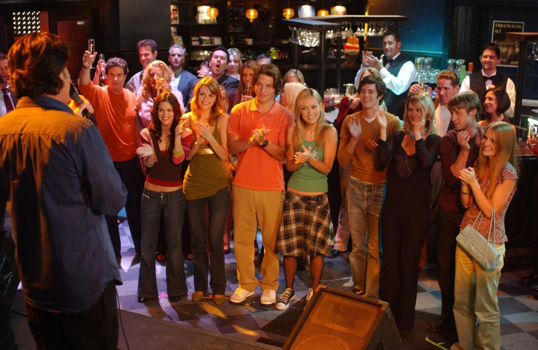 Sandys (Peter Gallagher, l.) Auftritt war ein voller Erfolg … - Bildquelle: Warner Bros. Television