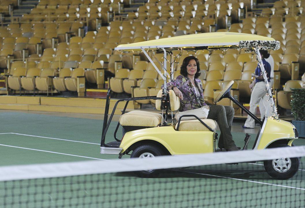 Crystal (Allison Janney) verbringt endlich mal, bei der Tennis-Charity-Gala, einen netten Abend mit ihrem Sohn. - Bildquelle: Sony Pictures Television Inc. All Rights Reserved.