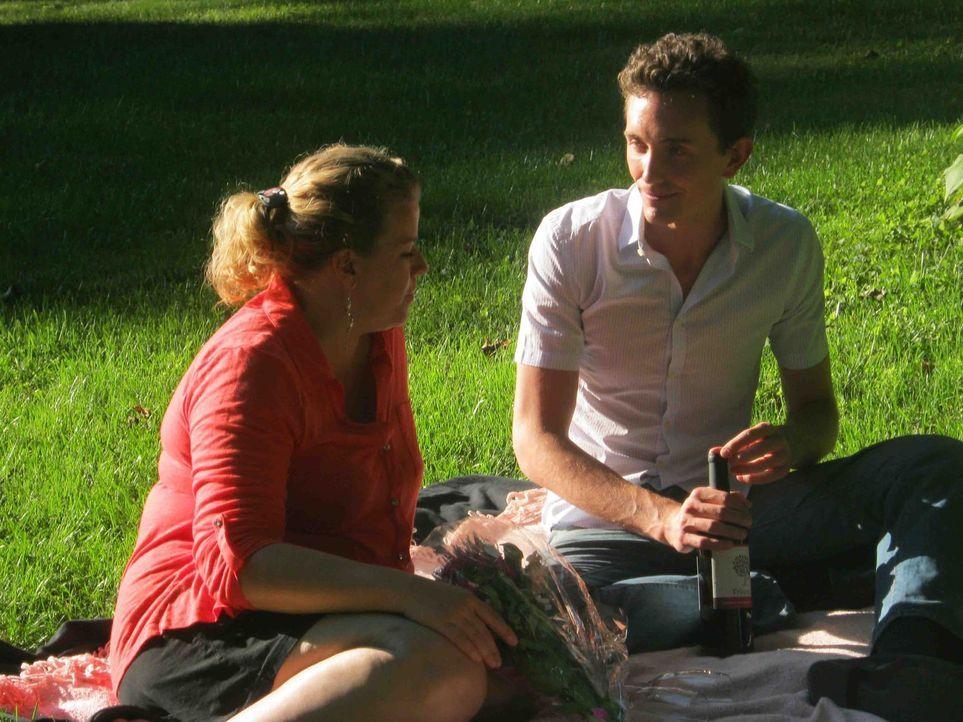 Amanda Oliver (l.) erkennt zu spät, welch dunkle Seite Steven Beach, ihr baldiger Ehemann und Vater ihres Sohnes, wirklich hat ... - Bildquelle: Kate Findlay-Shirras Atlas Media, 2011