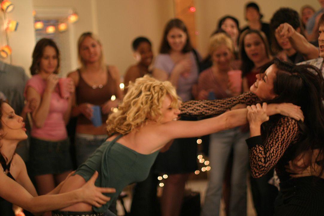 Zwischen Peyton (Hilarie Burton, l.) und Nikki (Emmanuelle Vaugier, r.) kommt es auf der Party zu einem heftigen Streit ... - Bildquelle: Warner Bros. Pictures