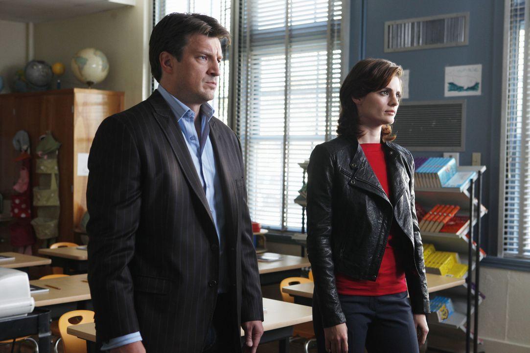 In einer Schule beginnen die Ermittlungsarbeiten von Richard Castle (Nathan Fillion, l.) und Kate Beckett (Stana Katic, r.), die einem Trickbetrüger... - Bildquelle: ABC Studios