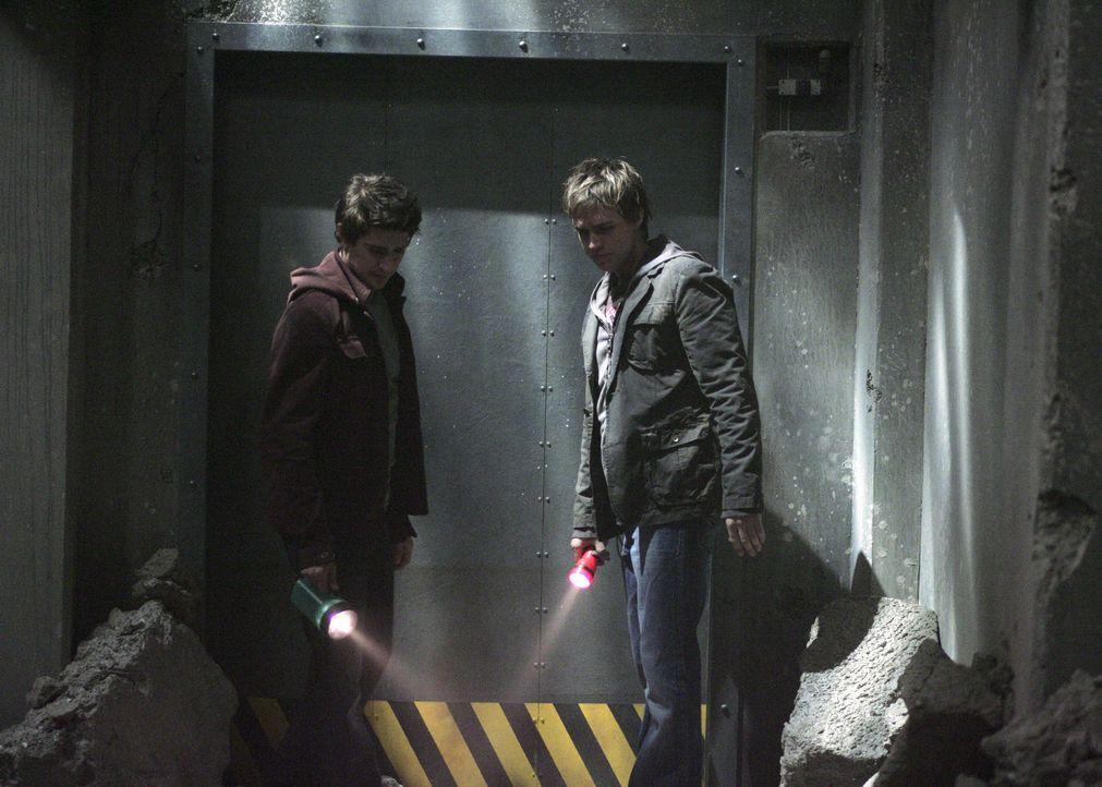 In dem verlassenen Gebäude befindet sich gefährliches Methangas. Kyle (Matt Dallas, l.) und Declan (Chris Olivero, r.) schweben in großer Gefahr... - Bildquelle: TOUCHSTONE TELEVISION