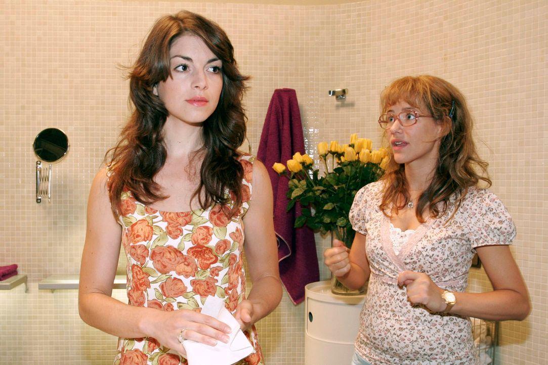 Lisa (Alexandra Neldel, r.) gibt sich alle Mühe, der verärgerten Mariella (Bianca Hein, l.) zu erklären, dass auf der Insel nichts vorgefallen is... - Bildquelle: Noreen Flynn Sat.1
